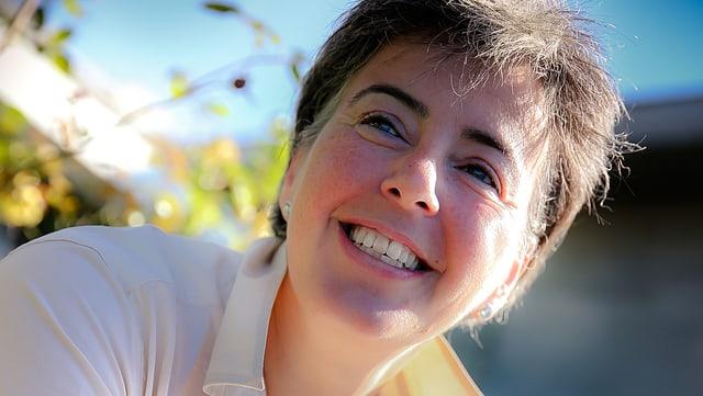 Porträtbild von Gabriella Karger in einer hellen Bluse.