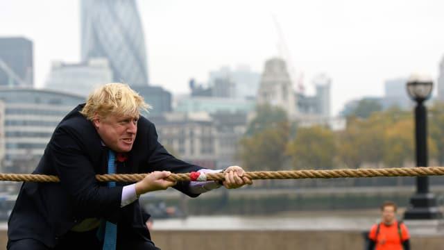 Johnson zieht an einem Seil.