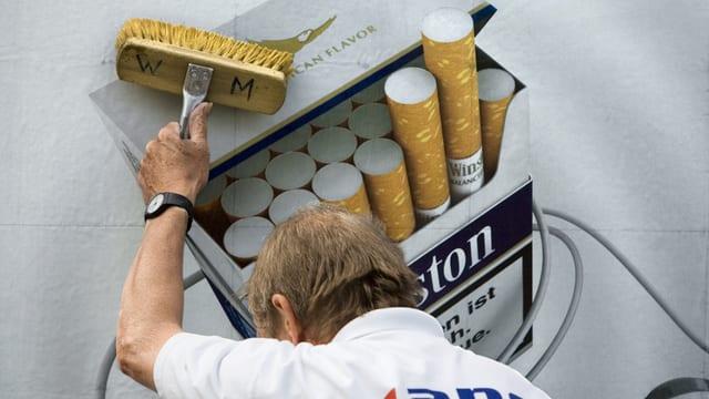 In lavurer ferma ina reclama da cigarettas.