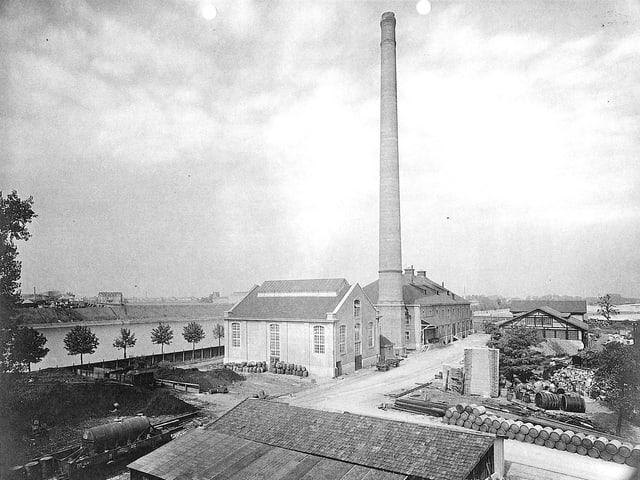 Ein Industriegebäude mit einem Kamin