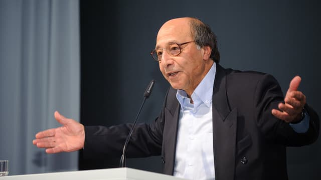 Bahman Nirumand gestikuliert während einer Rede.