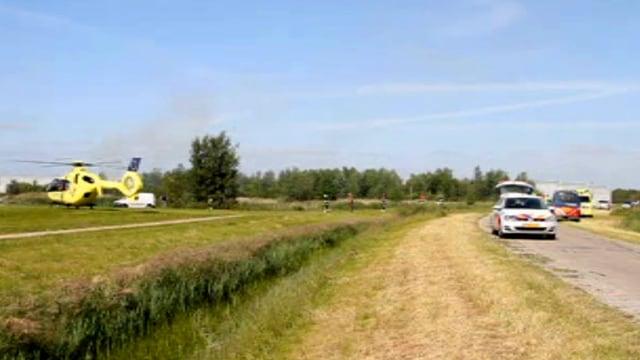 Ein Helikopter und mehrere Polizei- und Militärfahrzeuge am Ort des Unglücks nahe dem niederländischen Leeuwarden.