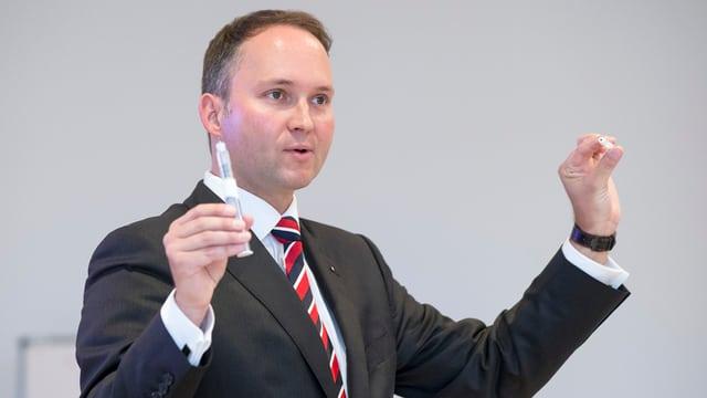 Ypsomed-Chef Simon Michel praesentiert eine Spritze für die Insulininjektion.