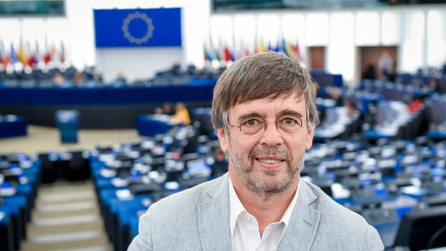 Mann im Europaparlament.