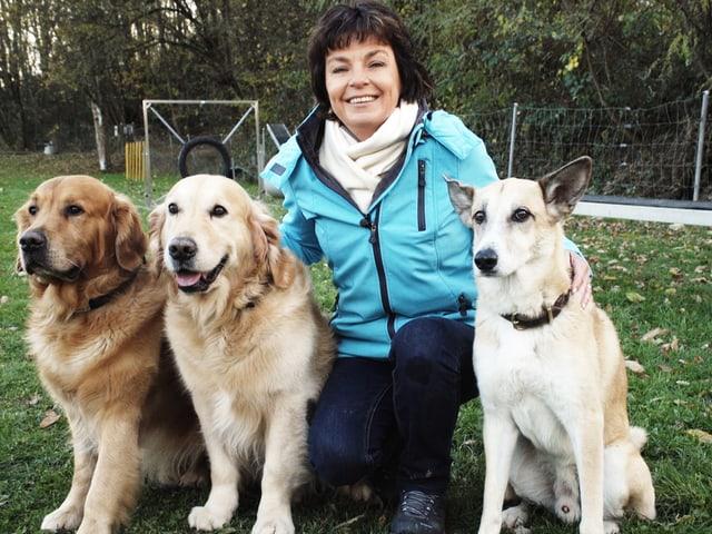Monika Fasnacht mit 2 Golden Retrievers und Filou.