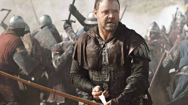 Ein Mann mit einem Pfeilenbogen im Kampfgetümmel.