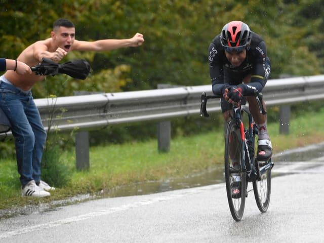 Jhonatan Narvaez feiert seinen 1. Giro-Etappensieg solo.