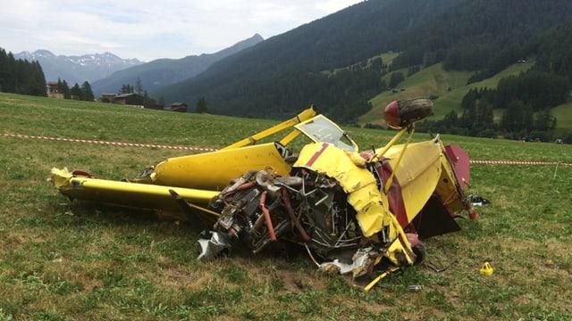 Das zerstörte Flugzeug an Boden