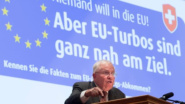 L'anteriur cusseglier federal Christof Blocher ha plidà avant bun 500 commembers da la AUNS per in nov cumbat cunter l'UE.