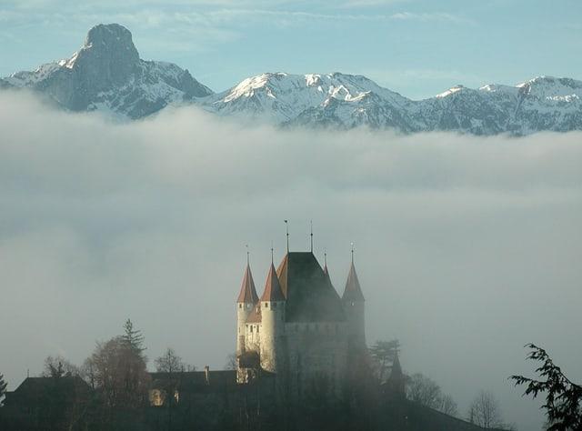 Das Schloss Thun im Nebel.