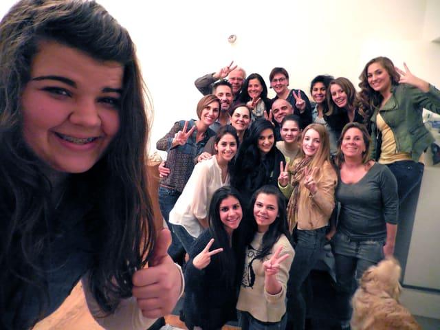 Fast wie das Promi-Gruppen-Selfie bei den Oscars: Tizi und ihr Clan, inkl. SRF 3-Reporterin Sophie Gut (Zweite von oben rechts).