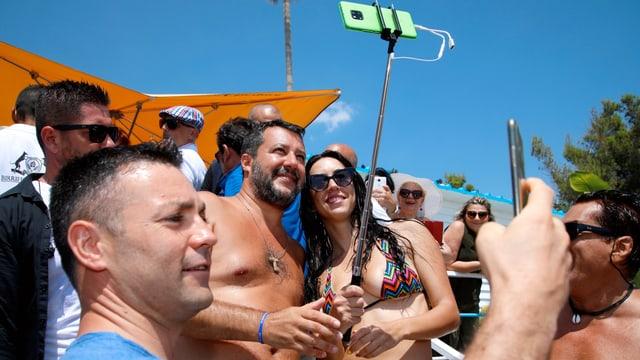 Matteo Salvini posiert mit Anhängern am Strand für ein Selfie.