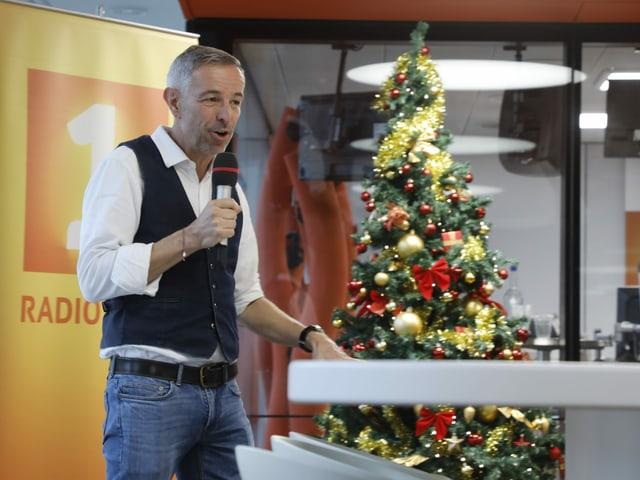 Gastgeber Dani Fohrler führt durch die Sendung.