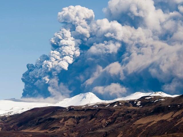 Ein Vulkan stösst Asche in die Atmosphäre.