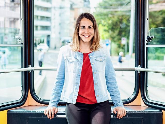 Veronika Jehle steht in einer Strassenbahn.