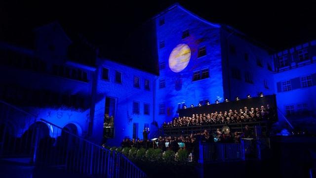 Blau beleuchteter Hof Wil mit Bühne