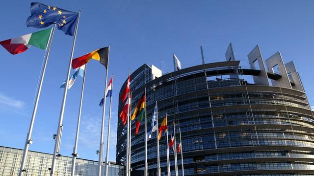 Flaggen der Mitgliedsstaaten vor dem EU-Parlamentsgebäude