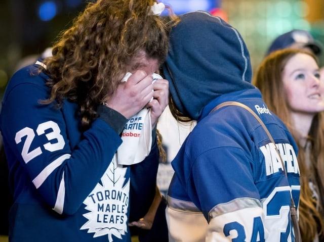 Anhänger der Maple Leafs weinen nach dem Aus gegen Boston.