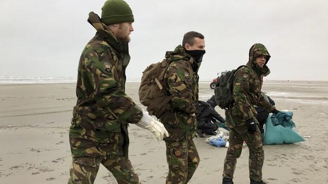Soldaten am Strand von Schiermonnikoog.