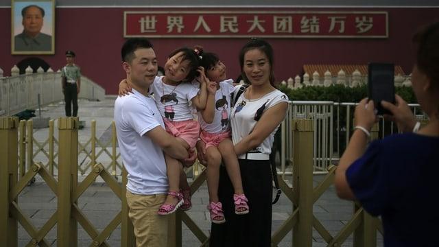 Paar mit zwei Mädchen posiert vor der verbotenen Stadt in Peking