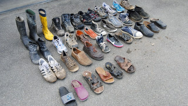 Die gefundenen Schuhe aufgereiht