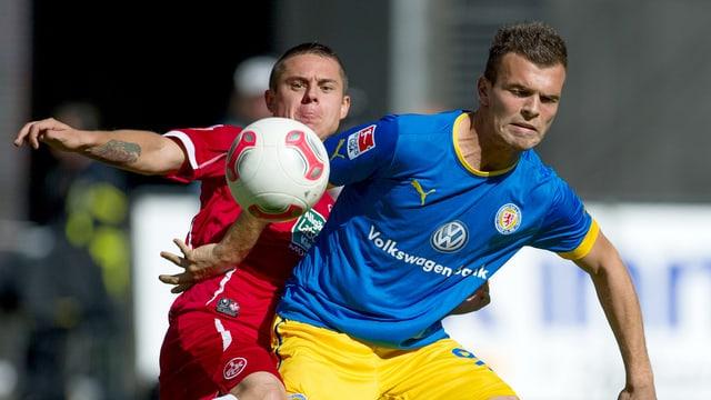 Mit Orhan Ademi (rechts im Bild) steigt ein Schweizer Offensivspieler in die Bundesliga auf.