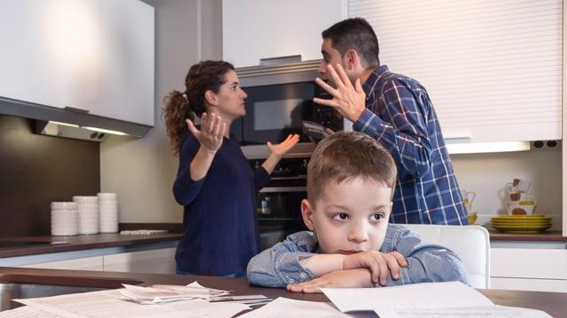 Ein Elternpaar, das sich vor einem Kind streitet.