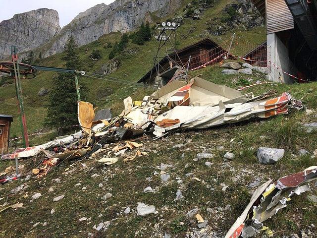 Trümmerteile des Kleinflugzeugs