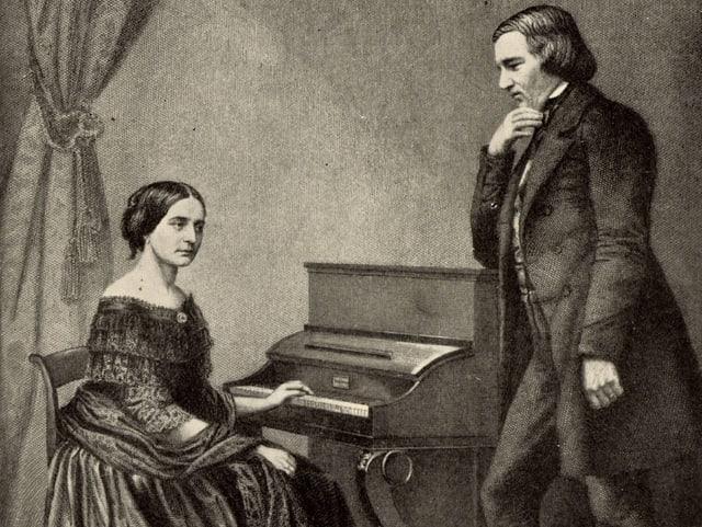 Zeihcnung: Frau am Klavier sitzend, daneben ein Mann, stehend, in nachdenklicher Pose