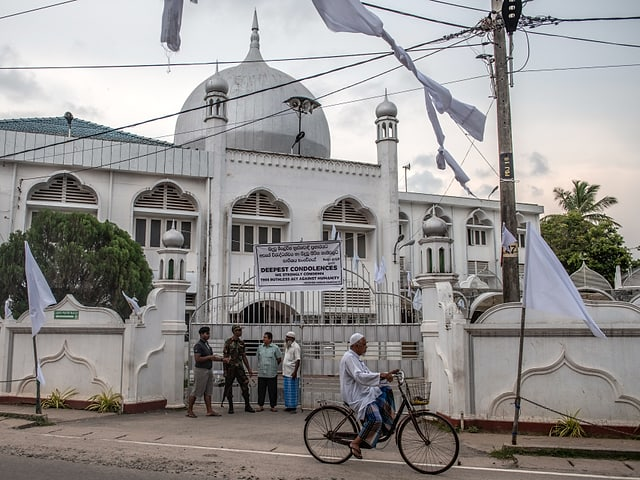 Weisse Moschee in Negombo mit Männern beim Eingang