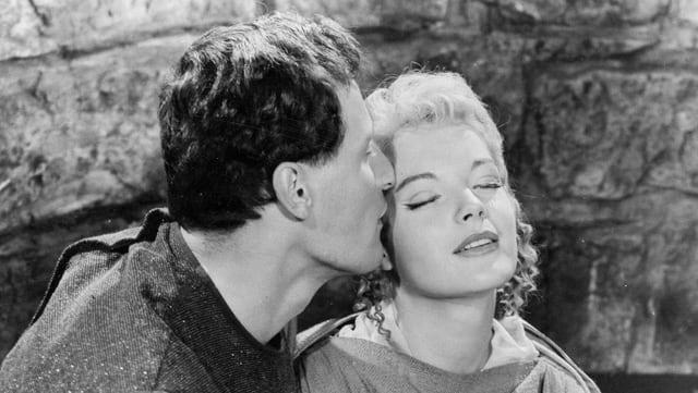 Peter Arens küsst Romy Schneider auf die Schläfe.