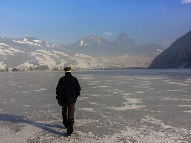 Ein Mann stapft über den zugefrorenen Lauerzersee