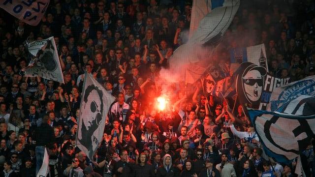 Fans des FC Luzern feiern einen Sieg gegen den FC Basel auf der Luzerner Allmend.