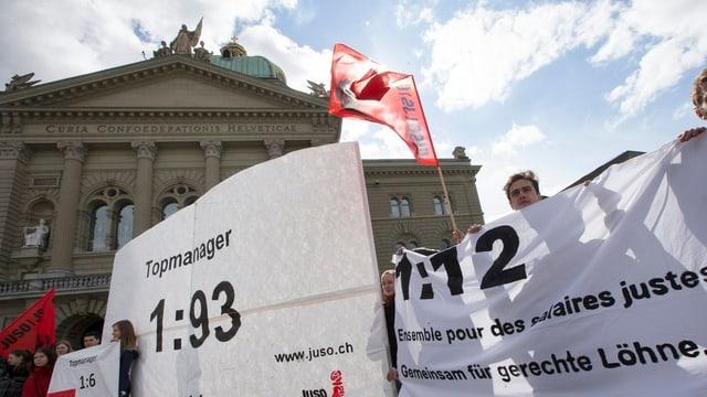 Juso-Mitglieder werben im März auf dem Bundesplatz für 1:12-Initiative.