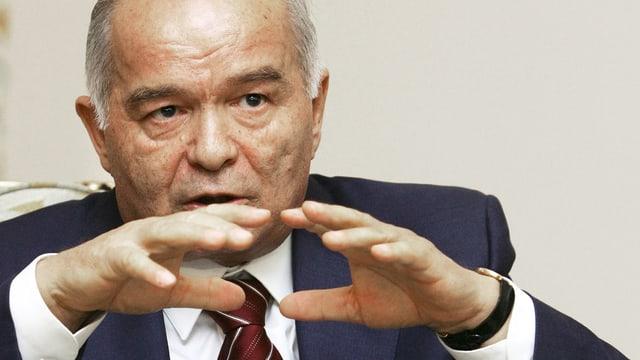 Der frühere usbekische Präsident Islom Karimov gestikuliert mit den Händen.