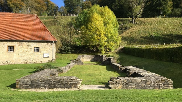 Ein kleiner Friedhof auf einem Rasen