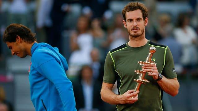 Murray posiert mit der Trophäe.
