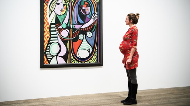 Schwangere Frau in einer Picasso Ausstellung.