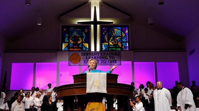 Per rimnar vuschs tar gruppas evangelicalas va Hillary clinton en baselgias.