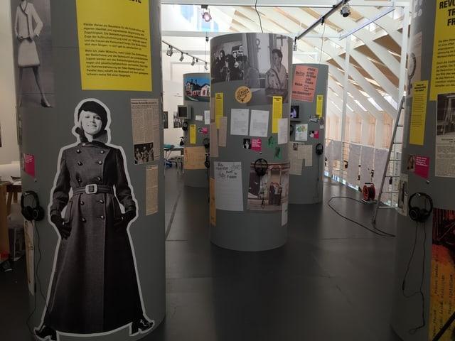 Eine Ausstellung mit verschiedenen Plakaten und Erklärungen.