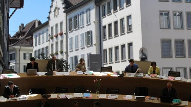 Das Aarauer Rathaus im Hintergrund, im Vordergrund Parlamentarier an ihren Sitzen (Montage)
