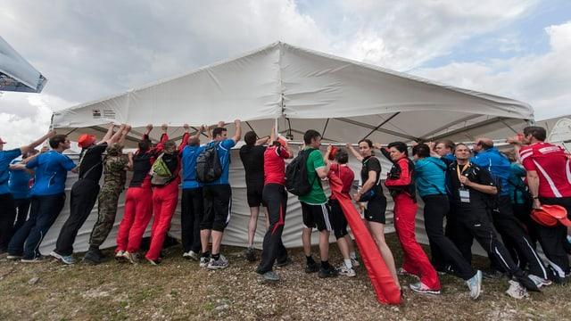 Keine einstudierte Choreo, sondern Kampf gegen den Sturm: Turner sichern mit vereinten Kräften ein Zelt.