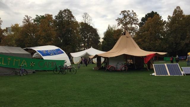 Aufgestellte Zelte im Horburgpark