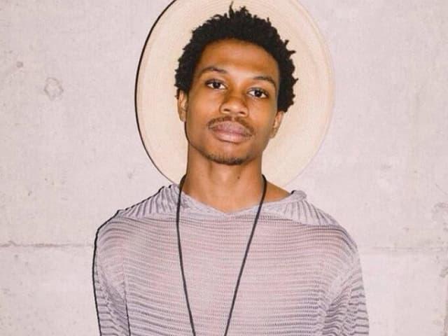 Der erst 18-jährige Sänger aus Atlanta brachte sich mit 11 Jahren das Gitarrenspiel selbst bei - via YouTube. Für einen so jungen amerikanischen Sänger ist die lyrische Tiefe und musikalische Reife aussergewöhnlich.