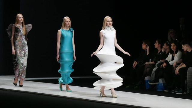 eine Modenschau mit geometrisch geschnittenen Kleidern