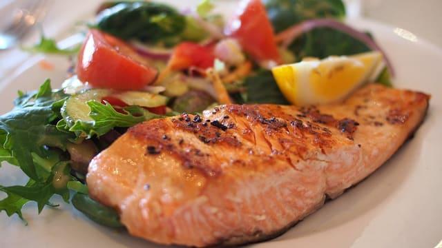 Taglier da fitness cun charn e salata.