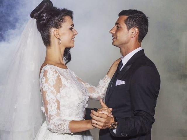 Blerim Dzemaili und Erjona Sulejmani in Hochzeitskleidern. Sie schauen sich an.