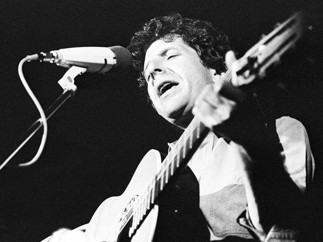 Schwarz-Weiss-Aufnahme von Cohen am Mikrofon.