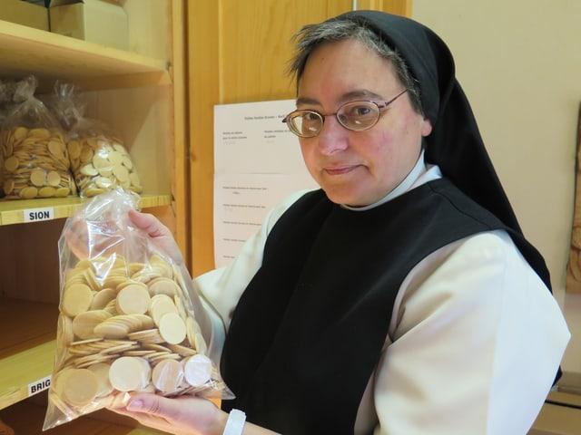 Sr. Marie-Paul ist auch zuständig für die Verteilung der Hostien an die Pfarreien.