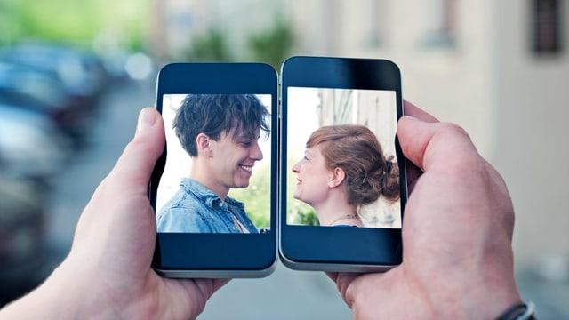 Der Kopf zwei junger Leute ist je auf dem Bildschirm eines Smartphones zu sehen. Zwei Hände halten die Bilder zusammen.